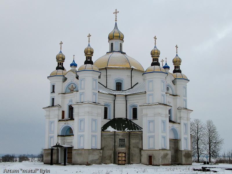 Новые купола Свято-Покровского храма в селе Пиддубцы Волынской области около Луцка