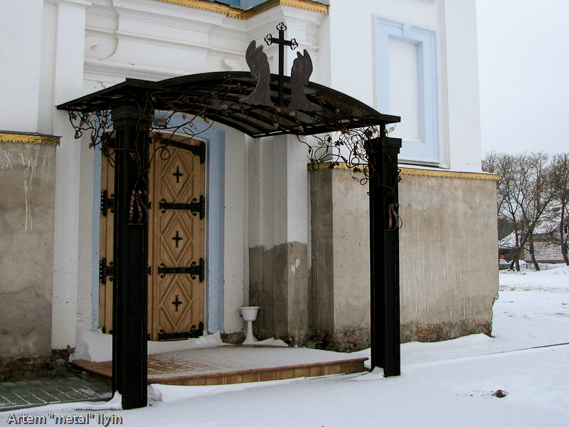 Кованый декор на дверях Свято-Покровского храма в селе Пиддубцы Волынской области около Луцка