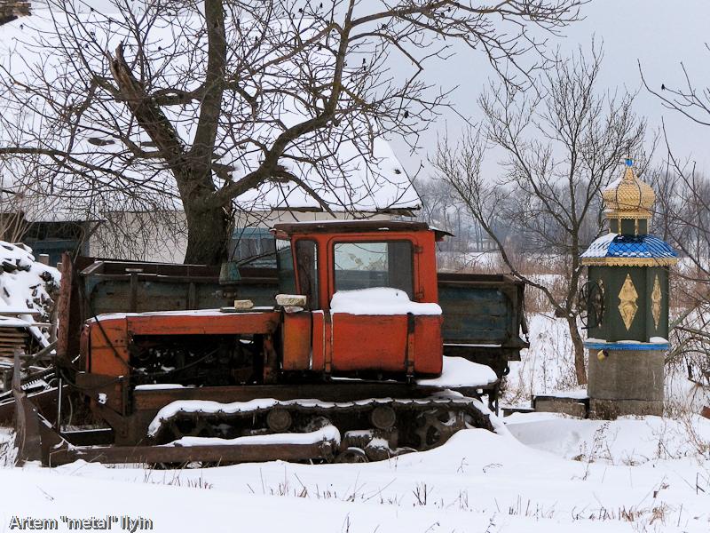 Бульдозер около Свято-Покровского храма в селе Пиддубцы Волынской области около Луцка