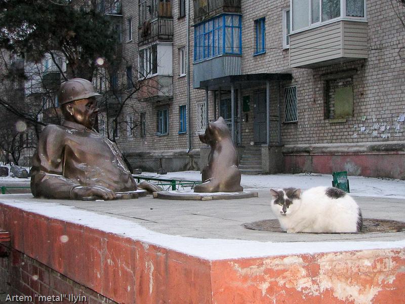 Кот около памятника сантехнику, Комсомольск, Полтавская область
