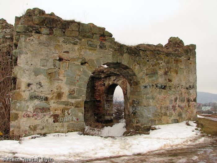 Правая въездная башня в Пневский замок около Надворной в Ивано-Франковской области