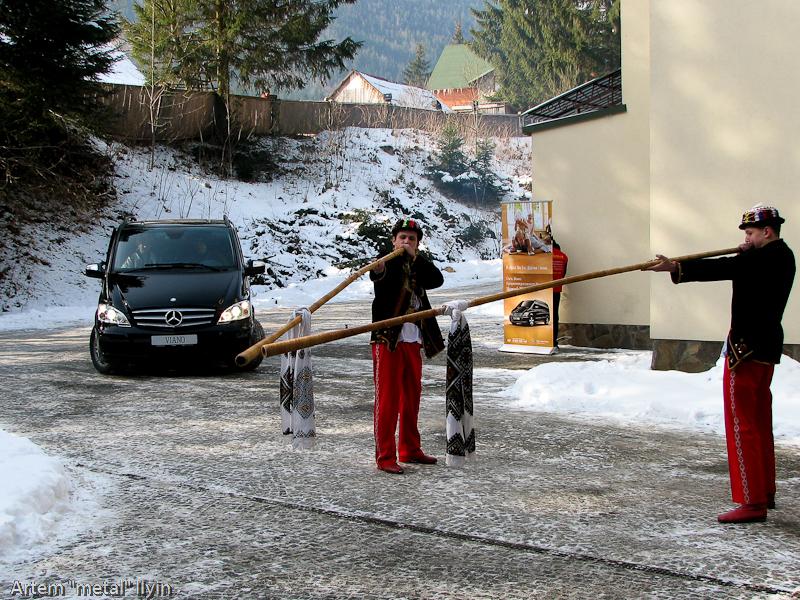 Буковель фестиваль полноприводных автомобилей гуцулы играют на трембите