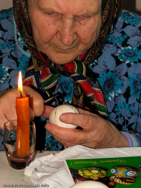 Подготовка к Пасхе на Волыни. роспись яйца с помощью пысачка
