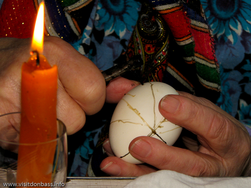 Подготовка к Пасхе на Волыни. Узор на яйцо нужно наносить очень аккуратно