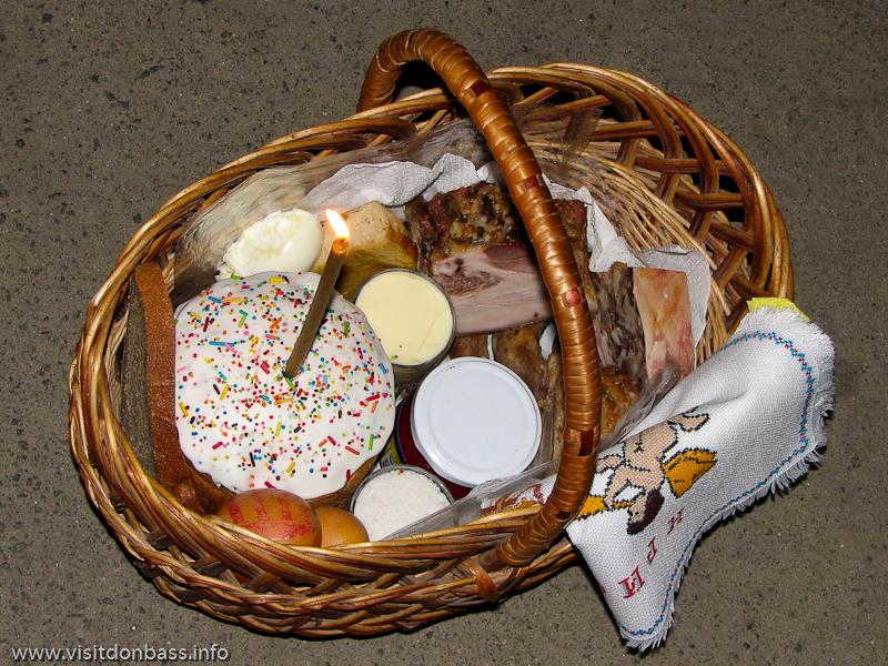 Подготовка к Пасхе на Волыни. Корзинка с продуктами для освящения в церкви