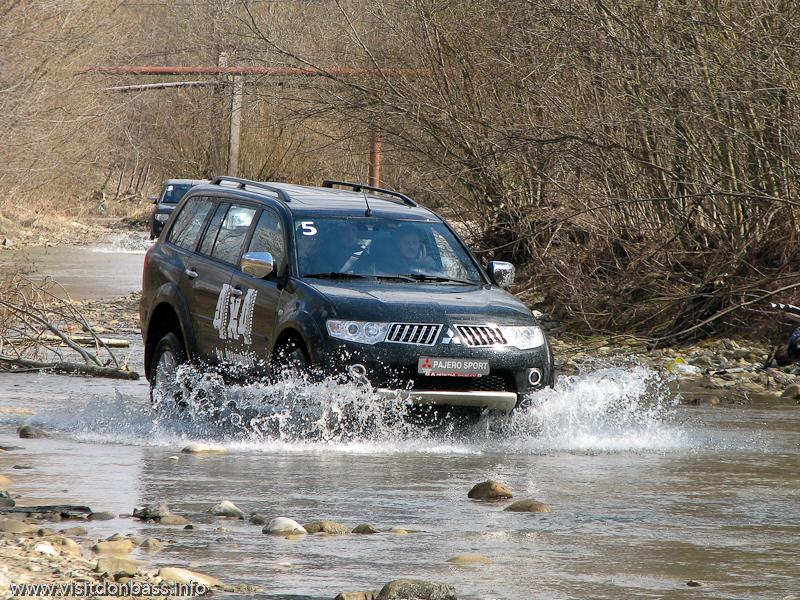 Тест-драйв Mitsubishi в Мигово Карпаты. Pajero Sport едет по руслу реки