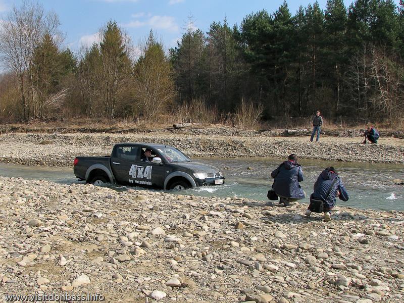 Тест-драйв Mitsubishi в Мигово Карпаты. L200 едет по глубокой горной реке