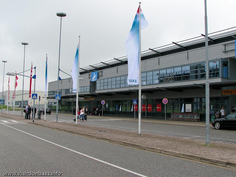 Пассажиры Luxair в аэропорту Саарбрюккен в ожидании автобусов, Германия