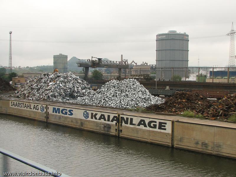 Склад стального лома вдоль реки Саар компании SaarStahl в Саарбрюккен, Германия