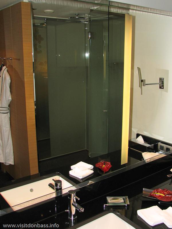 Номер в гостинице Sofitel Luxembourg Le Grand Ducal в Люксембурге без лишних стен и дверей