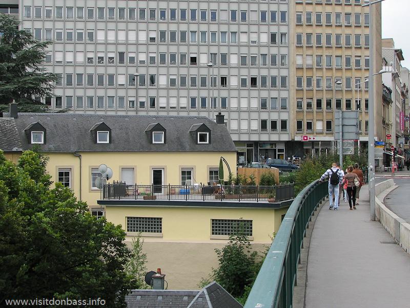 Попасть в старый город Люксембург-сити можно по одному из мостов