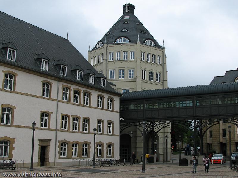 Пешеходный переход между зданиями в квартале правосудия в Люксембург-сити