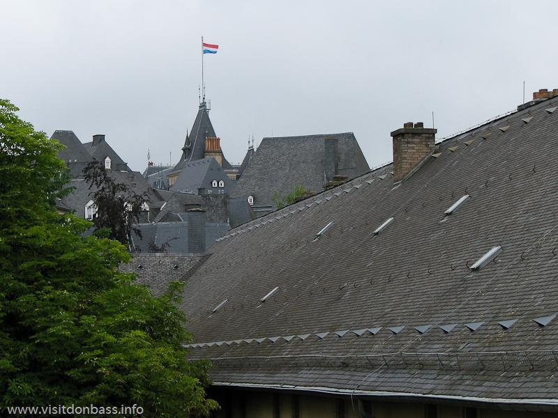 Крыши домов в Люксембург-сити преимущественно серого и черного цвета