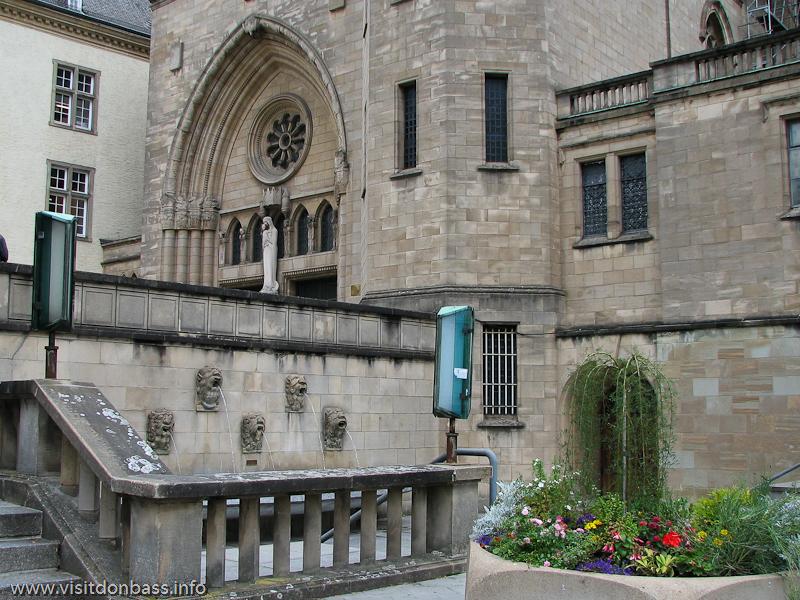 Иезуитский кафедральный собор Нотр-Дам рядом с библиотекой в Люксембург-сити