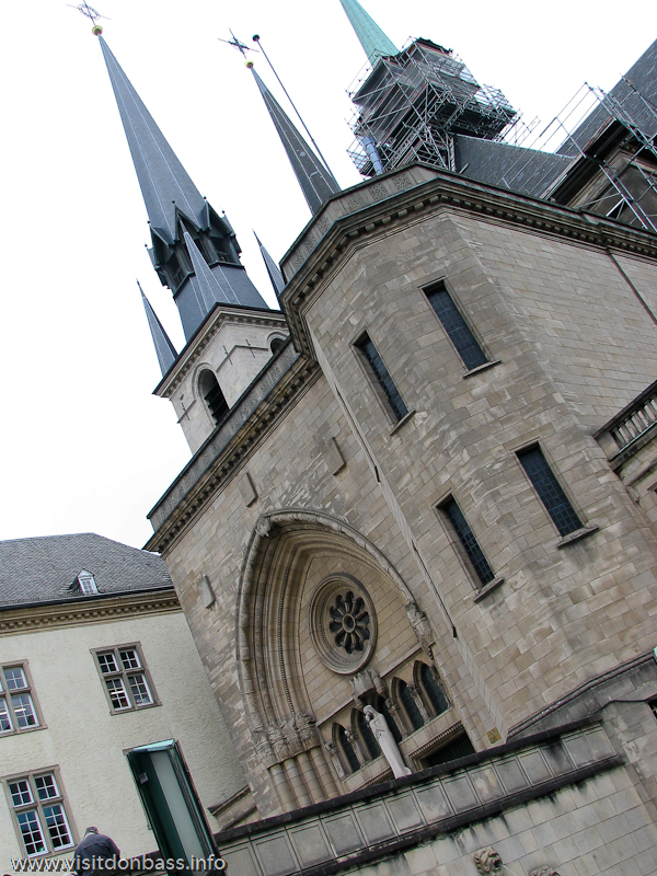 Иезуитский кафедральный собор Нотр-Дам - одно из самых высоких зданий в старом городе Люксембург-сити