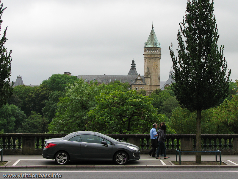 Машина запаркована на тротуаре в Люксембург-сити