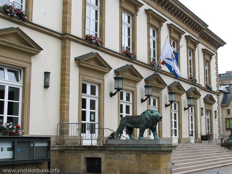 Статуи львов около ратуши Люксембург-сити