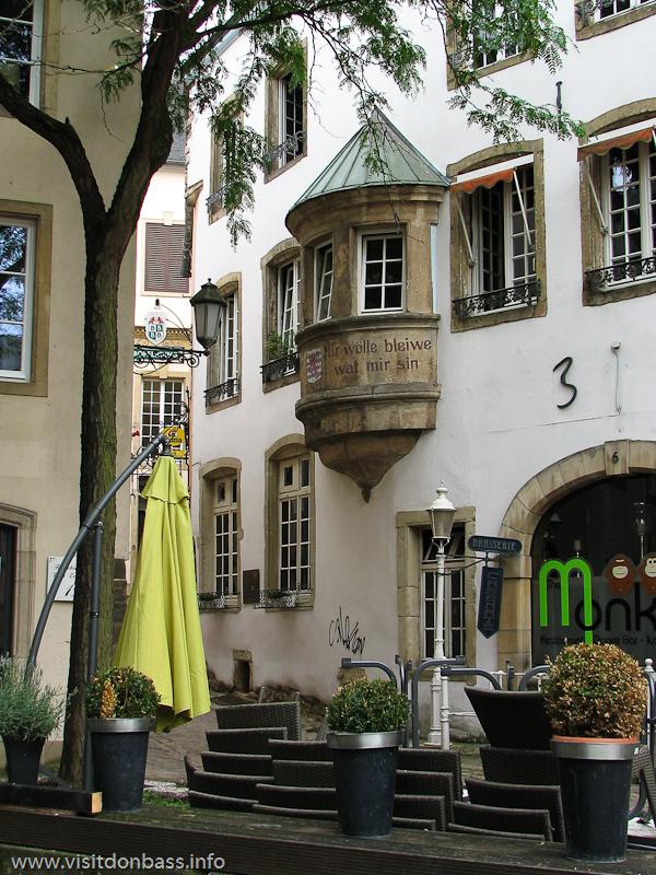 Надпись на балконе в Люксембург-сити