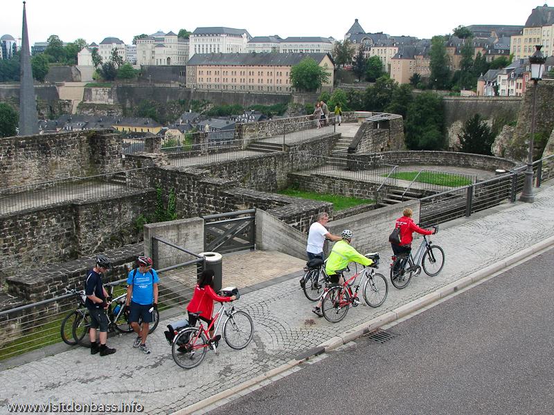 Полоса для велосипедов на тротуаре в Люксембург-сити