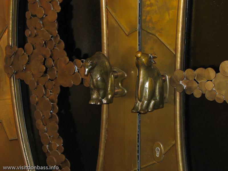 Ручки на входной двери фондовой биржи Люксембурга выполнены в форме быка и медведя