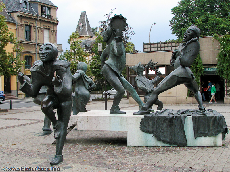 Групповая скульптура скоморохов на Театральной площади Люксембург-сити