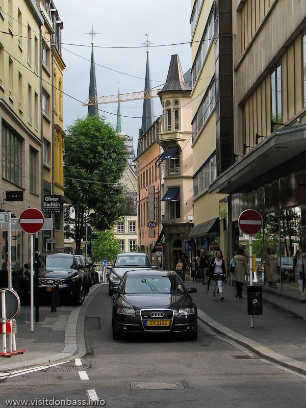 Одностороннее движение на узкой дороге в Люксембург-сити
