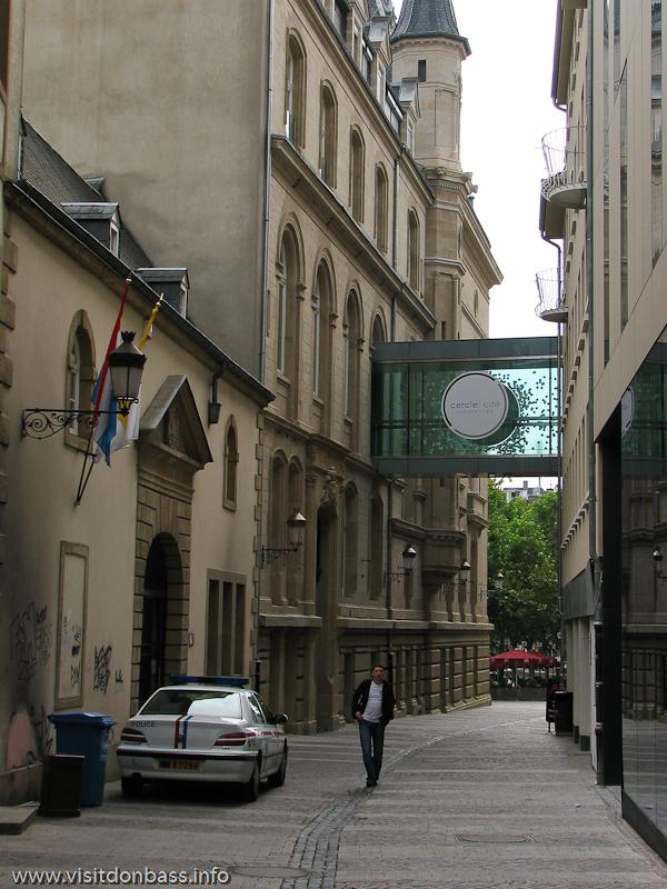 Застекленный переход между домами в Люксембург-сити