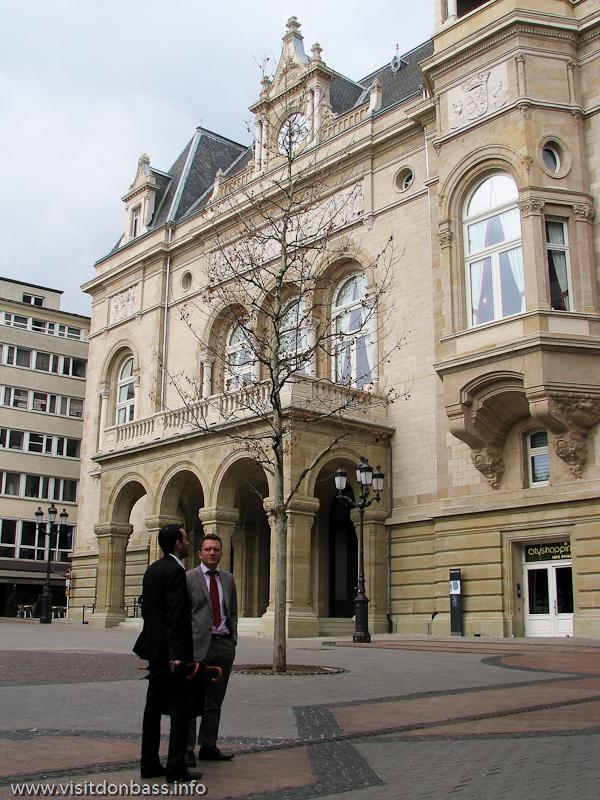 Офисные служащие на фоне The Cercle Municipal в Люксембурге
