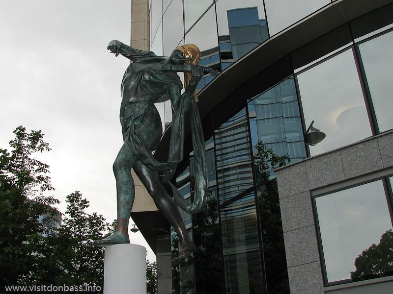 Скульптура скрипача с закрытыми глазами в Люксембург-сити