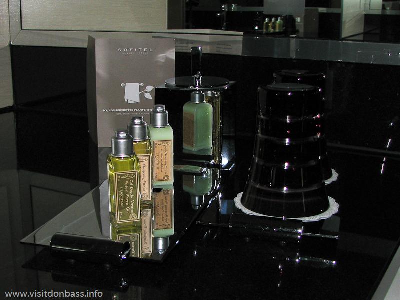 Гостям гостиницы Sofitel Luxembourg Le Grand Ducal в Люксембурге предлагают достаточно дорогую натуральную косметику: шампунь, гель, бальзам, мыло с целебными травами от L'Occitane