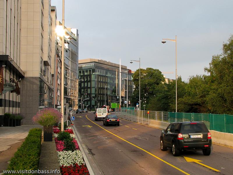 Оживленное движение на автомобильной дороге утром в Люксембург-сити