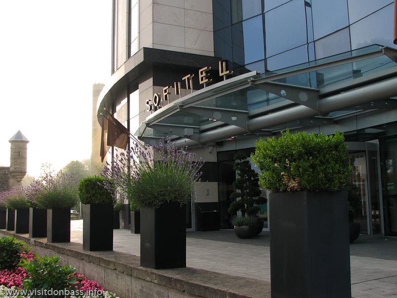 Подъезд к гостинице Sofitel Luxembourg Le Grand Ducal в Люксембурге не самый удобный