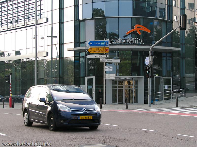 Легковые автомобили в Люксембург-сити на фоне здания ArcelorMittal