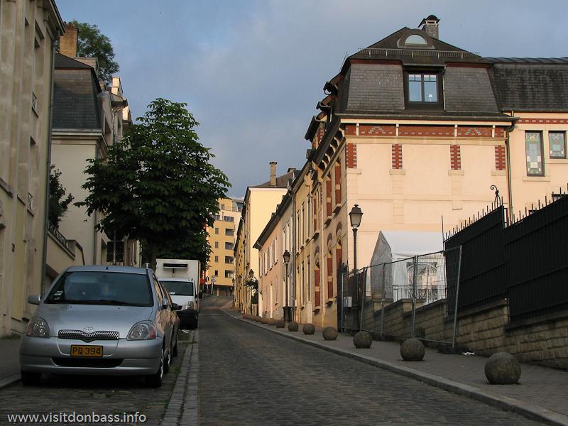 Парковочный карман на узкой улице в Люксембург-сити