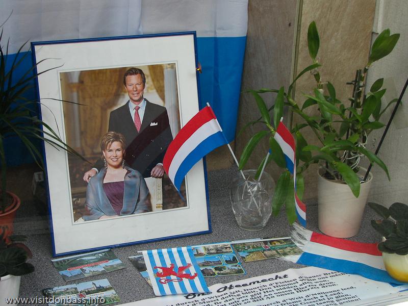 Портрет семьи Великого Герцога в окне в нижнем городе Люксембург-сити
