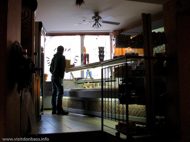 Клиент булочной ожидает продавца около прилавка в Люксембург-сити