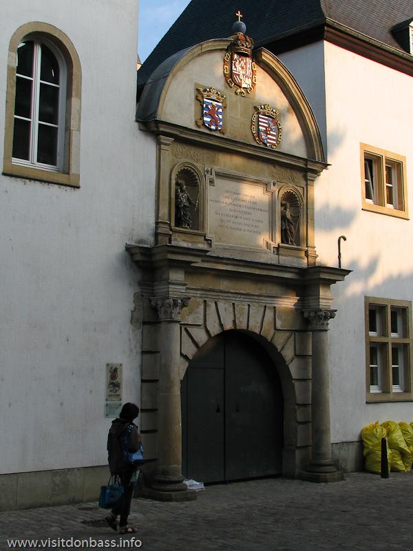 Вход в Национальный музей естественной истории в нижнем городе Люксембург-сити