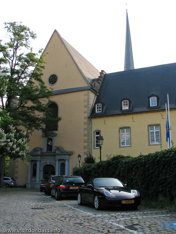 Спортивный автомобиль Porshche около аббатства в Люксембург-сити