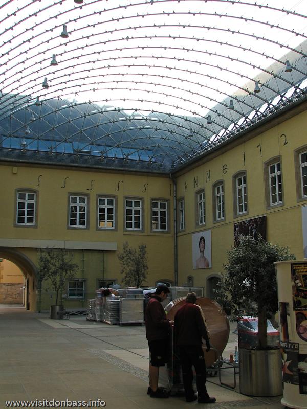 Прозрачная крыша в аббатстве Neum?nster в нижнем городе Люксембург-сити