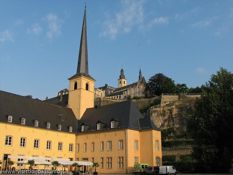 Дворик аббатства Neum?nster в нижнем городе Люксембург-сити