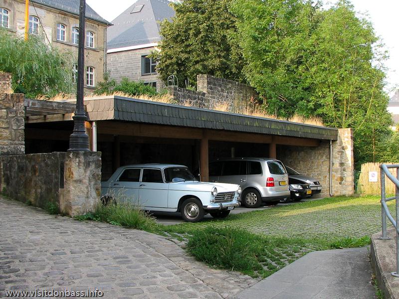 Старый автомобиль в тихом дворике Люксембург-сити
