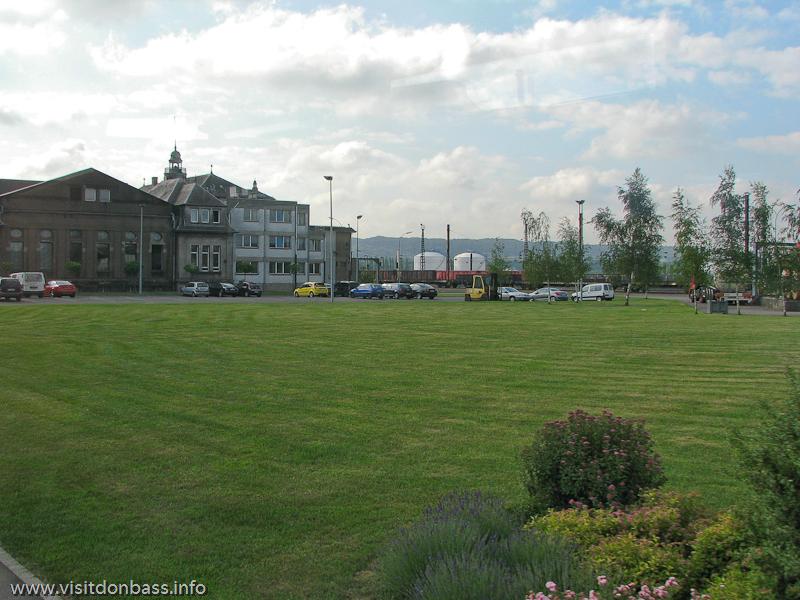 Зеленые лужайки на металлургическом заводе ArcelorMittal Esch-Belval в Люксембурге