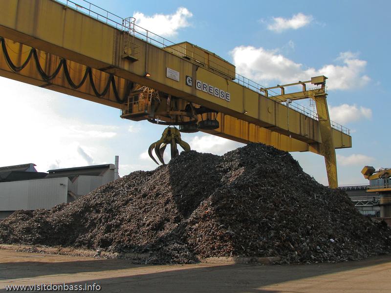 Подготовка стального лома на металлургическом заводе ArcelorMittal Esch-Belval в Люксембурге