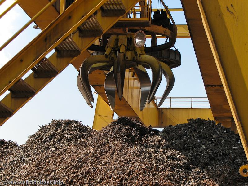 Козловые краны перемещают стальной лом на металлургическом заводе ArcelorMittal Esch-Belval в Люксембурге