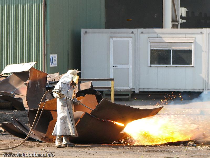 Рабочий режет стальной лом на металлургическом заводе ArcelorMittal Esch-Belval в Люксембурге