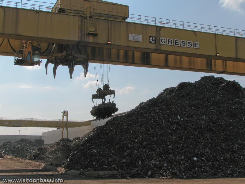 Сбор остатков стального лома с дороги с помощью магнита на металлургическом заводе ArcelorMittal Esch-Belval в Люксембурге