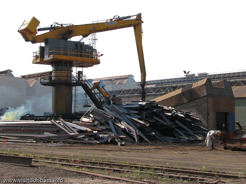 Манипулятор-перегружатель стального лома на металлургическом заводе ArcelorMittal Esch-Belval в Люксембурге