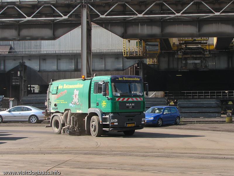 Автомобиль для уборки пыли и мусора на металлургическом заводе ArcelorMittal Esch-Belval в Люксембурге