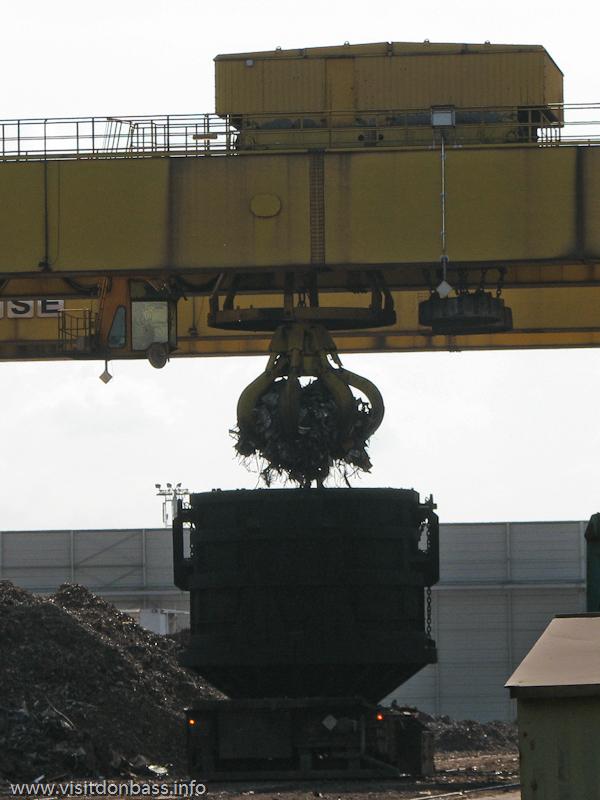 Загрузка стального лома в специальные ковши на металлургическом заводе ArcelorMittal Esch-Belval в Люксембурге