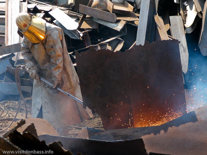 Крупногабаритный стальной лом режут газовой горелкой на металлургическом заводе ArcelorMittal Esch-Belval в Люксембурге